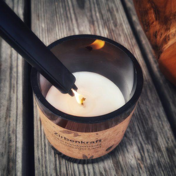 Kerze mit Lichtbogen-Feuerzeug anzünden